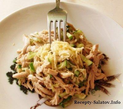 Простой салат с курицей и огурцами.