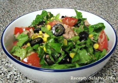 Зеленый салат с тунцом и оливами