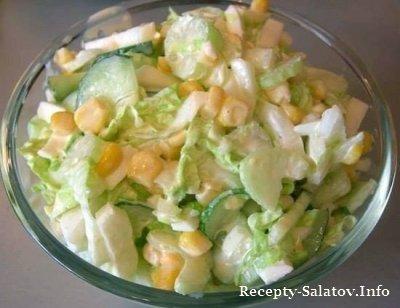 Сочный салат с капустой огурцами и кукурузой
