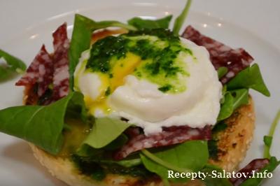 Сэндвич с яйцом и колбасой на завтрак