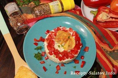 Яркий салат с курицей и перцем