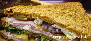 Вкусный клаб сэндвич с ветчиной и сыром