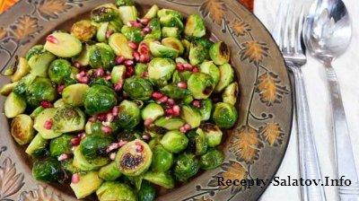 Жареная брюссельская запуска с яблочногранотовым соусом