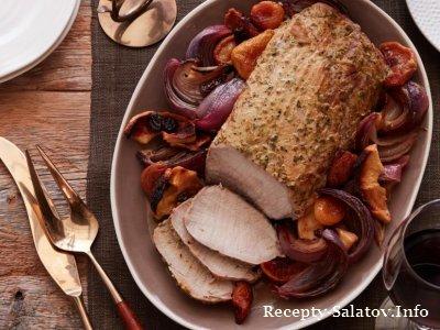Праздничный рецепт жареная свиная корейка с сухофруктами