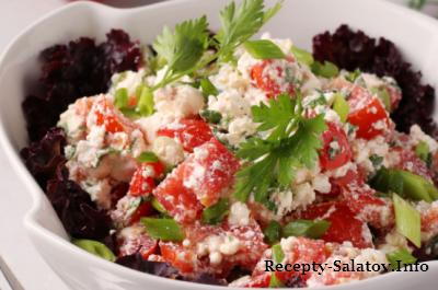 Летний салат с помидорами творогом и чесноком