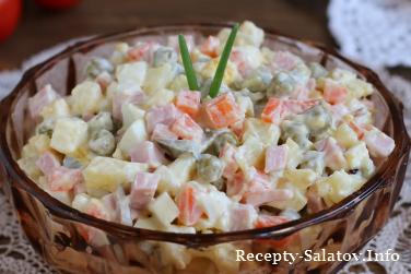 Салат «Столичный» с колбасой и майонезом